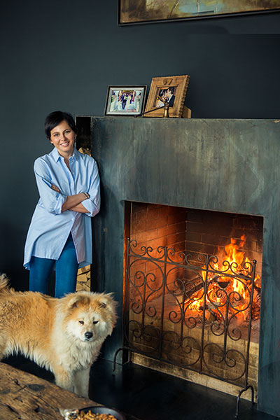 Оксана Лаврентьева, генеральный директор компании «РусМода», у камина в своем охотничьем домике