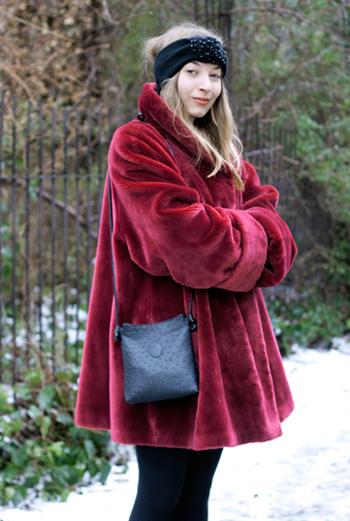 Дизайнер по костюмам Iris из Берлина носит расклешенное короткое пальто. Алый цвет идет оригинальной блондинке.