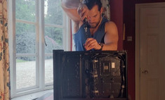 генри кавилл суперменской серьезностью собирает системный блок видео