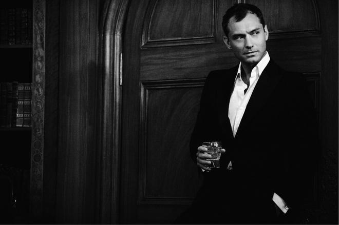 Джуд Лоу с бокалом Martini