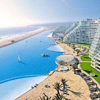 Отель San Alfonso del Mar (Чили). Этот бассейн - самый огромный в мире, неудивительно, что он попал в Книгу рекордов Гиннесса. Его длина - почти километр. Поэтому в чилийском бассейне даже иногда устраивают парусные соревнования! Вокруг бассейна устроены несколько искусственных песчаных пляжей, которые подогреваются для ночного купания.