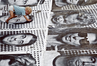 Тель-Авив, 2011 год, Inside out («Наизнанку»). Участники проекта могли загрузить на сайт insideoutproject.com свой снимок, распечатать гигантский постер и разместить на улице.