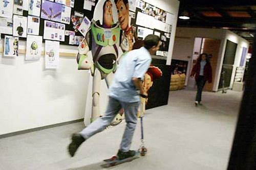 Pixar – огромная киностудия с длинными коридорами, поэтому без самоката работникам здесь не обойтись.