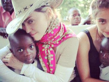 Мадонна (Madonna) с дочкой Лурдес и детьми-сиротами