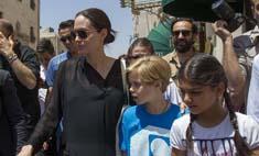 Джоли посетила лагерь беженцев вместе с дочерью