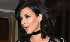 Ким Кардашьян показала грудь в «дырявом» наряде