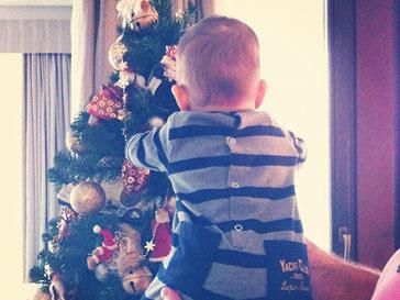 Сын Анфисы Чеховой Соломон с любопытством рассматривал елку
