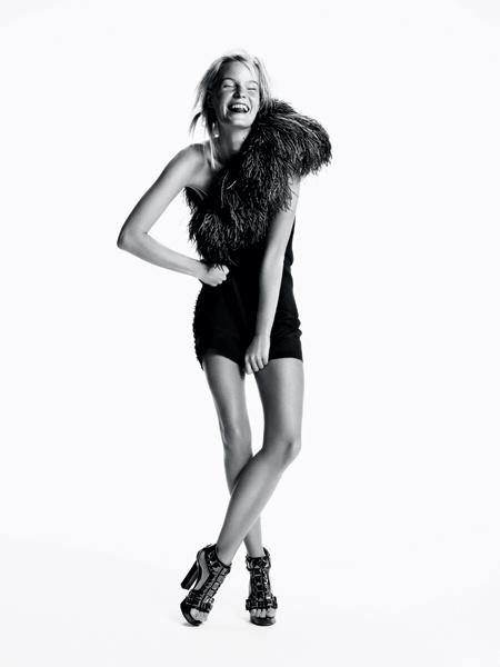 Lanvin. Классическое маленькое черное платье предстает в новом образе. Шелковое платье с перьями страуса, кожаные туфли, все — Lanvin.