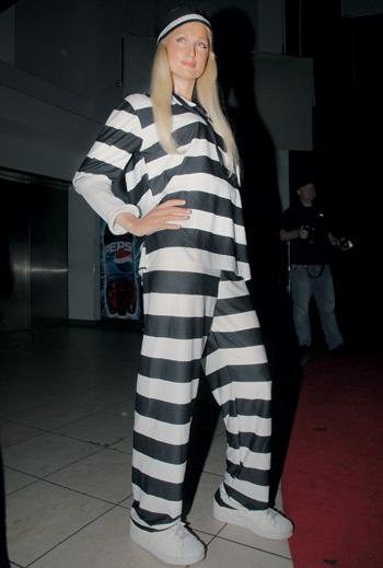 Тюремный образ Пэрис в прошлом. Сегодня она занята благими делами и не носит наряды в полоску.