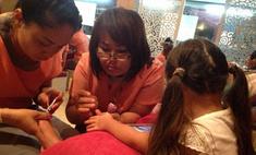 Ксения Бородина приучает маленькую дочь к педикюру