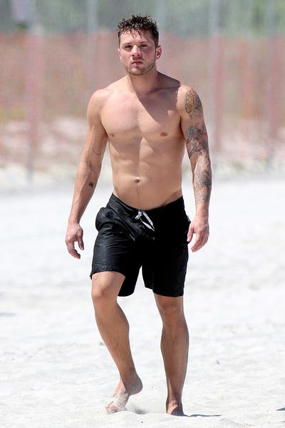 Райан Филлипп на пляже в Майами