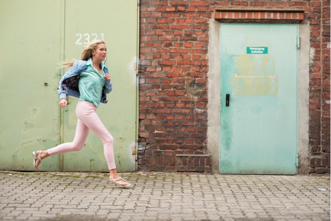 Девушка бежит по улице