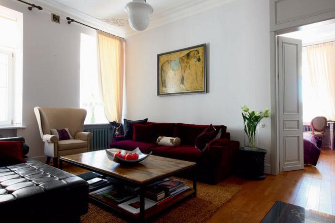 Софико очень хотела, чтобы в гостиной появился большой мягкий диван вобивке из бордового бархата. Его нашли в компании Giorgetti. Над диваном– картина Ираклия Сутидзе, написанная специально для этого интерьера. Двери с глухими фрамугами, уходящими под самый потолок, изготовлены на заказ.