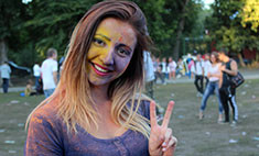 Краски Холи в Саратове: 15 самых ярких участниц фестиваля