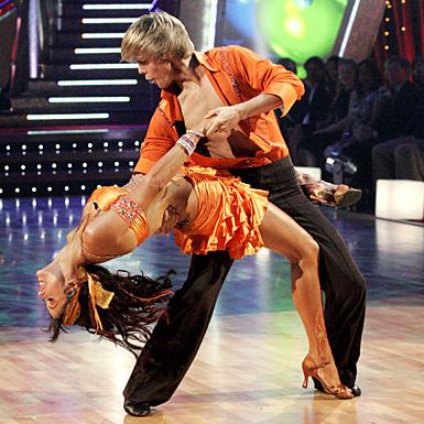 Шеннон Элизабет и Дерек Хью (кадр из «Танцев со звездами»).