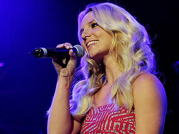 Окружение Бритни Спирс (Britney Spears) следит за певицей