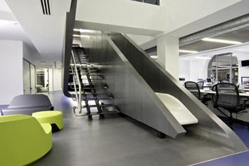 Попадая в офис Red Bull, вам хочется двигаться дальше, переходить из одного в кабинета в другой, подниматься с этажа на этаж. Вряд ли в офисе компании, занимающейся продажей стимулирующего напитка, могут возникнуть другие ощущения.
