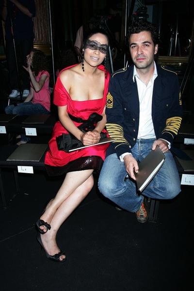 Ясмин Аль-Масри (Yasmine Al-Masri) с другом на показе Elie Saab
