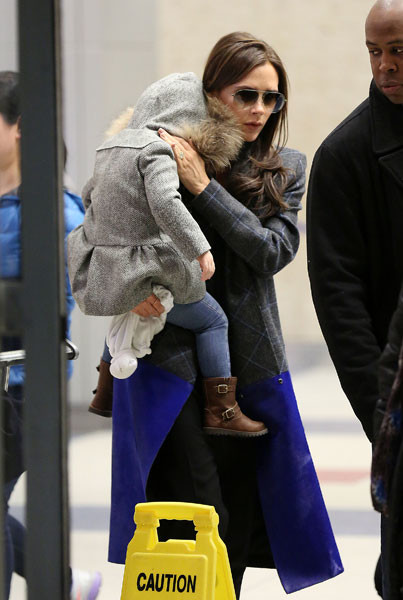 Виктория Бекхэм с дочкой Харпер в аэропорту Нью-Йорка