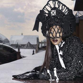 Роскошная шляпка, стилизованная под кокошник, прекрасно сидит на темнокожей красавице.