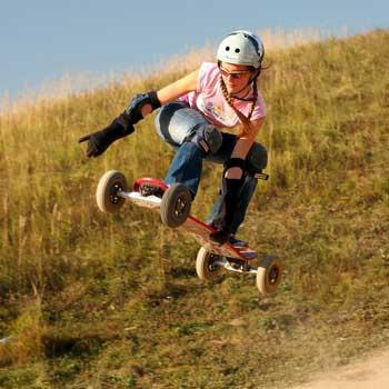 Маунтинборд (по виду напоминает скейтборд) требует хорошей координации и собранности.