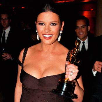 Кэтрин Зета-Джонс со статуэткой «Оскара»