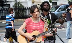 Кира Найтли стала уличным музыкантом
