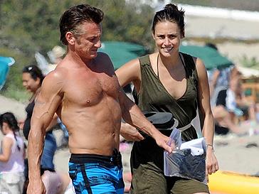 Шон Пенн с новой подругой в Майами