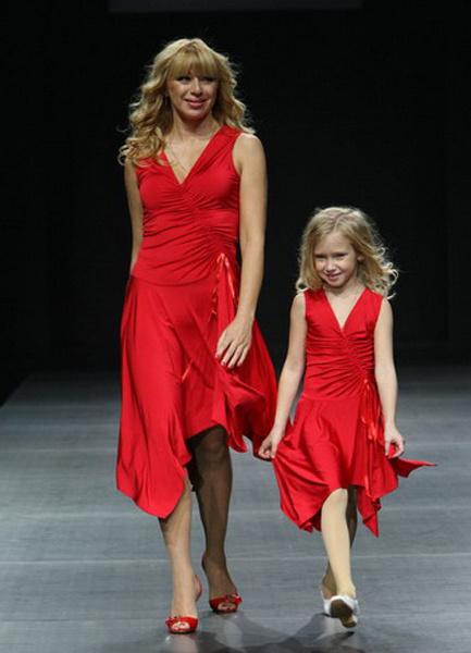 Алена Апина в красном платье с ассиметричным подолом