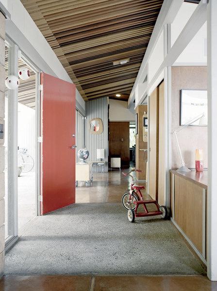 Коттедж Пфайфферов строился по индивидуальному проекту, поэтому здесь есть элементы, которых не увидишь в соседних типовых домах. Например, реечный потолок.