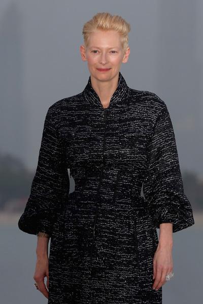 Тильда Суинтон на показе Chanel Cruise 2014/15