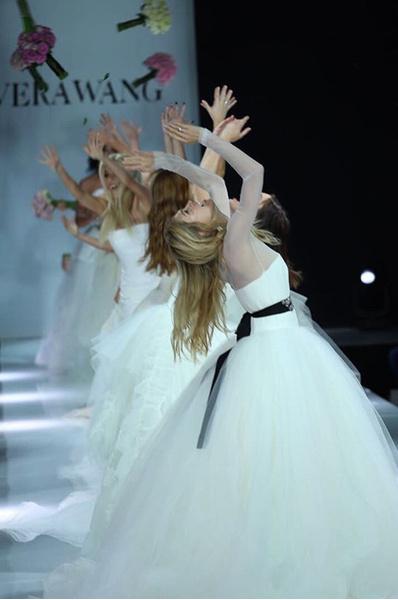 Звезда на показе платьев Vera Wang
