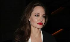 Джоли показала живот в расстегнутой блузке