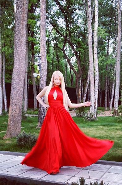 Дарья Пынзарь в красном платье с декольте