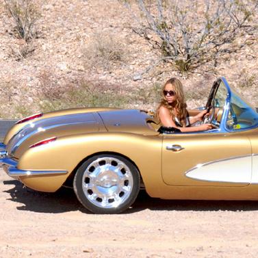 А вот автомобили звезда выбирает очень даже стильные...