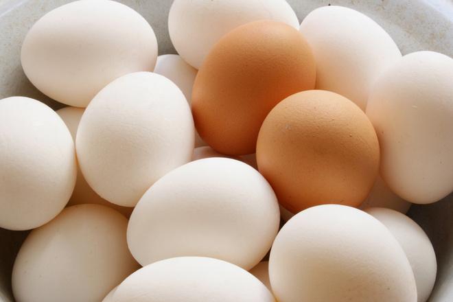 Цвет яичной скорлупы никак не отражается на вкусе и пищевой ценности продукта