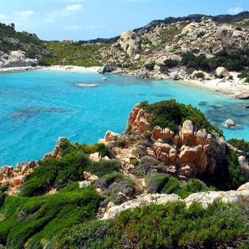 Южное побережье Сардинии знаменито своими бесконечными пляжами, пальмовыми рощами и спокойным морем.