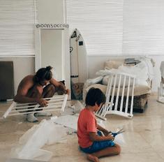 Муж Айзы сам собирает кроватку для сына