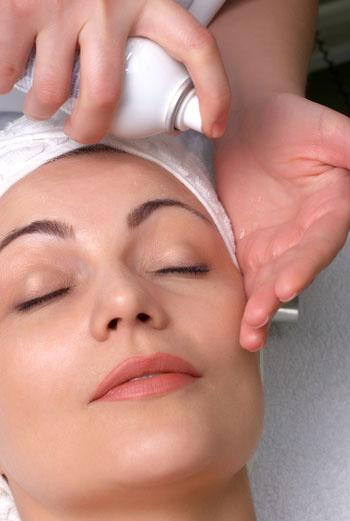 Термальную воду можно распылять и на маски, если речь идет о процедурах с глиной. Вода не даст глине быстро высохнуть и та лучше очистит поры.