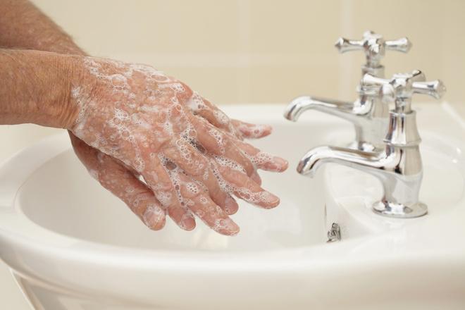 Мыть руки после туалета