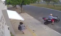 Похищение случайной прохожей дверью гаража попало на видео