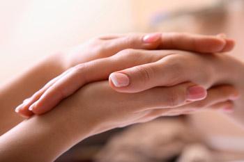 Здоровые ногти имеют ровную поверхность и нежный розовый оттенок.