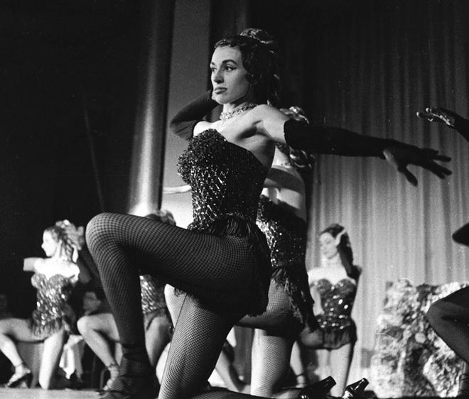 1950. Танцовщицы впервые надели ажурные колготки и трусики-танга.