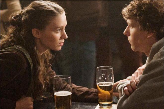 «Социальная сеть» начинается с того, как героиня Руни Мара бросает студента-изгоя Марка Цукерберга.