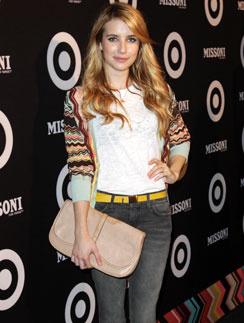 Для выхода в свет Эмма Робертс (Emma Roberts) выбрала крупный клатч пудрового оттенка