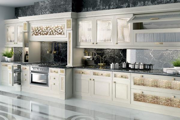 Кухня от итальянской студии E-Decor, вдохновленная домом Венского Сецессиона, блестит сусальным золотом.