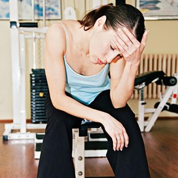 Усталость – это признак перенапряжения. Занимаясь фитнесом, не нужно доводить себя до изнеможения.