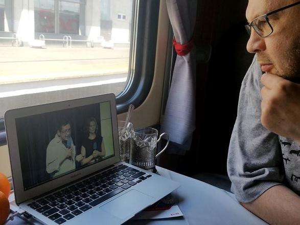 Алексей Иванов следит за прямой трансляцией обсуждений