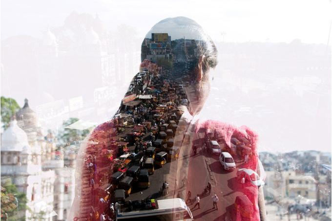 Женщина на фоне города