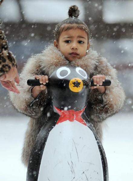 Кардашьян учит дочь кататься на коньках